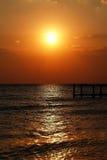Золотой естественный заход солнца моря Стоковая Фотография