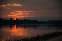 Золотой запад около выйти горизонт В красивом lig Стоковые Фото