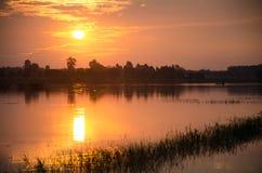 Золотой запад около выйти горизонт В красивом lig Стоковая Фотография RF