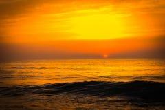 Золотой заход солнца восхода солнца над океанскими волнами моря Стоковая Фотография RF