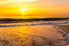 Золотой заход солнца восхода солнца над океанскими волнами моря Стоковое фото RF