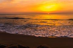 Золотой заход солнца восхода солнца над океанскими волнами моря Стоковое Изображение