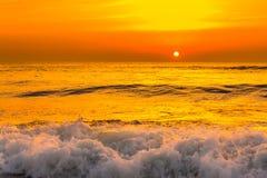 Золотой заход солнца восхода солнца над океанскими волнами моря Стоковые Фото