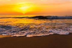 Золотой заход солнца восхода солнца над океанскими волнами моря Стоковое Фото