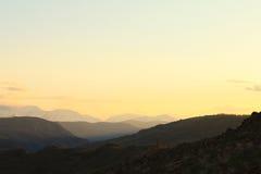 Золотой заход солнца в горах Стоковые Фото