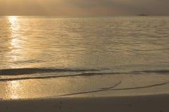 Золотой заход солнца в Индийском океане Стоковое Изображение