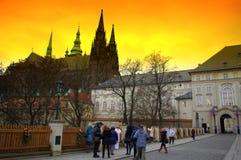 Золотой заход солнца над замком Праги Стоковые Фото