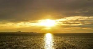 Золотой заход солнца на море Timelapse видеоматериал
