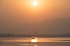 Золотой заход солнца на озере Ана Sagar в Ajmer, Индии с силуэтами стоковая фотография rf