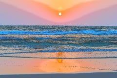 Золотой заход солнца над океаном - иллюстрацией Стоковая Фотография