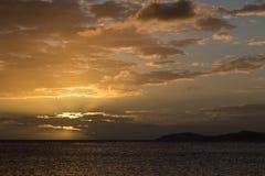 Золотой заход солнца над океаном стоковая фотография rf