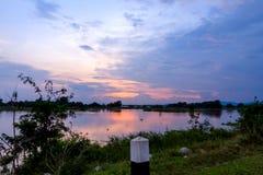 Золотой заход солнца на реке стоковое фото rf