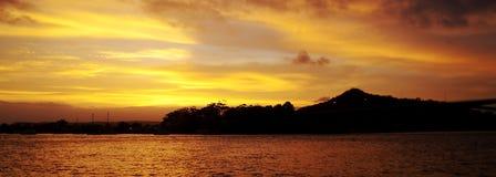 Золотой заход солнца Seascape облака с отражениями воды Букер для Стоковые Изображения