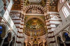 Золотой интерьер собора Garde Ла Нотр-Дам de стоковая фотография