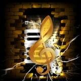 Золотой дискантовый ключ на предпосылке кирпичной стены Стоковые Фото