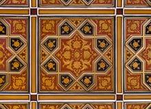 Золотой и красный исламский персидский мотив на потолке Стоковое фото RF