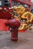 Золотой китайский дракон за красным жидкостным огнетушителем в Kowloon Гонконге стоковые фотографии rf