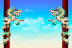 Золотой китайский дракон обернутый вокруг красного поляка на предпосылке неба стоковые изображения rf