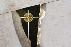 Золотой крест в тягчайшем камне стоковые изображения