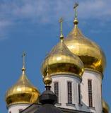 Золотой куполок Русской православной церкви под голубым небом Стоковая Фотография RF