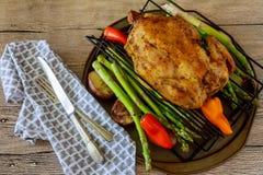 Золотой кудрявый цыпленок кожи зажарил в печи с клин картошки Стоковые Изображения