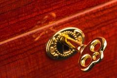 Золотой ключ в замке Стоковое Фото
