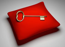 Золотой ключ на красной подушке Стоковое фото RF