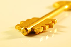 Золотой ключ на светлой предпосылке Стоковое Изображение RF