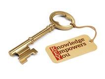 Золотой ключ с знанием уполномочивает вас бирка Стоковое Фото