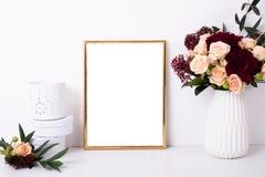 Золотой модель-макет рамки на белой стене Стоковое фото RF