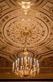 Золотой орнамент на потолке Стоковые Изображения RF