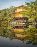 Золотой павильон на виске Kinkakuji, Киото Японии Стоковое Изображение