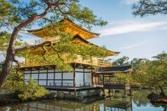 Золотой павильон на виске Kinkakuji, Киото Японии Стоковое Фото