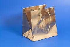 Золотой пакет для подарка стоковые изображения