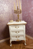 Золотой подсвечник с 5 свечами на белой деревянной мебели перед роскошной текстурированной стеной Стоковое Изображение