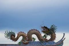 Золотой дракон в китайском виске Стоковые Изображения
