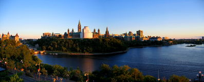 Золотой свет вечера на реке Оттавы и холме парламента, Оттаве, Онтарио Стоковая Фотография RF