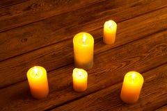 Золотой свет пламени свечи Стоковая Фотография