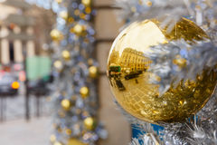 Золотой сияющий шарик на улице рождества в Париже Стоковое Изображение RF