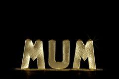 Золотой текст мамы Письма говоря МАМУ по буквам в сымитированном миллиарде золота Стоковое Изображение