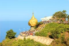 Золотой утес, пагода Kyaikhtiyo, Мьянма Стоковое Изображение RF