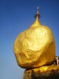 Золотой утес, пагода Kyaikhtiyo, перемещение Мьянма Стоковые Изображения