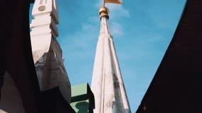 Золотой флаг металла na górze башни на стене Москвы Кремля красного кирпича видеоматериал