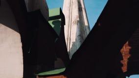 Золотой флаг металла na górze крепости на стене Москвы Кремля красного кирпича видеоматериал