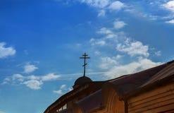 Золотой христианский крест на куполе восточной православной церков церков с пасмурным голубым небом на заднем плане Стоковые Изображения RF