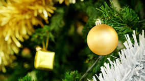 Золотой шарик рождества украшает смертную казнь через повешение на зеленой сосне Стоковое фото RF