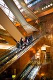 Золотой эскалатор внутри башни козыря с ехать людей Стоковые Изображения