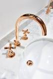 Золотой faucet водопроводного крана бондаря Стоковая Фотография RF