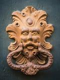 Золотой knocker двери старой двери в Италии Стоковое Фото