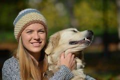 Золотой retriever и девушка Стоковая Фотография